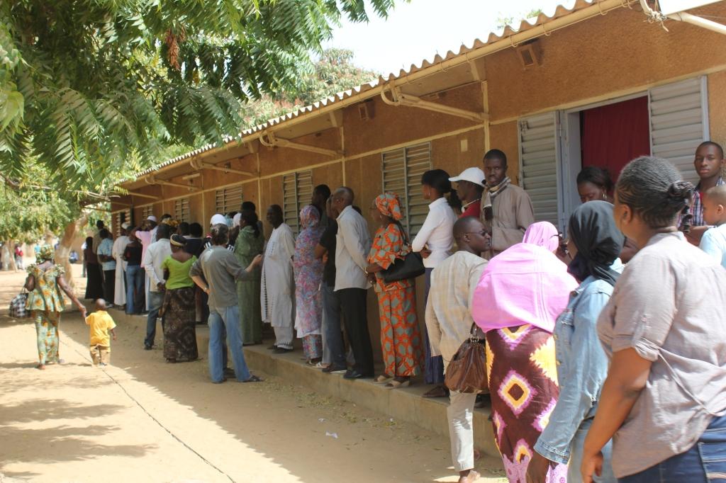 Colas de votantes en un colegio electoral el 26 de febrero