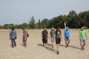 El equipo en el momento de ser expulsados de la playa del Club Med (no parecen muy afectados)
