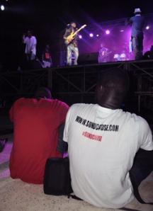 Dos miembros de SunuCause durante el concierto de Daara J Family. Foto: Sebastián Ruiz