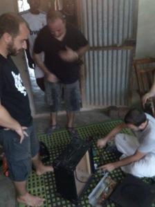 David, Gerard y Xavi manos a la obra. Foto: David Fernández
