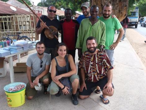 El equipo junto a Djibril y Roger Diabone, dos personas excepcionales de las que nos costó despedirnos.